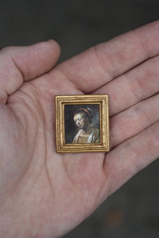 Miniatuur schilderij portret van een jonge vrouw. Origineel is van Rembrandt van Rijn. Met handgemaakte 24 karaat bladgoud lijst