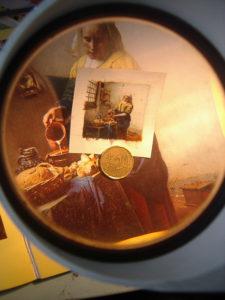 Het miniatuur schilderij van het Melkmeisje van Vermeer nog zonder lijstje.