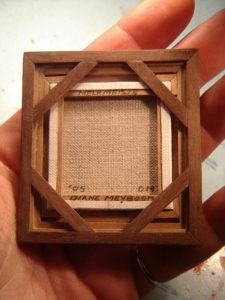 De achterkant van het miniatuurschilderij van het Melkmeisje. De frame van het door Diane Meyboom handgemaakte lijstje