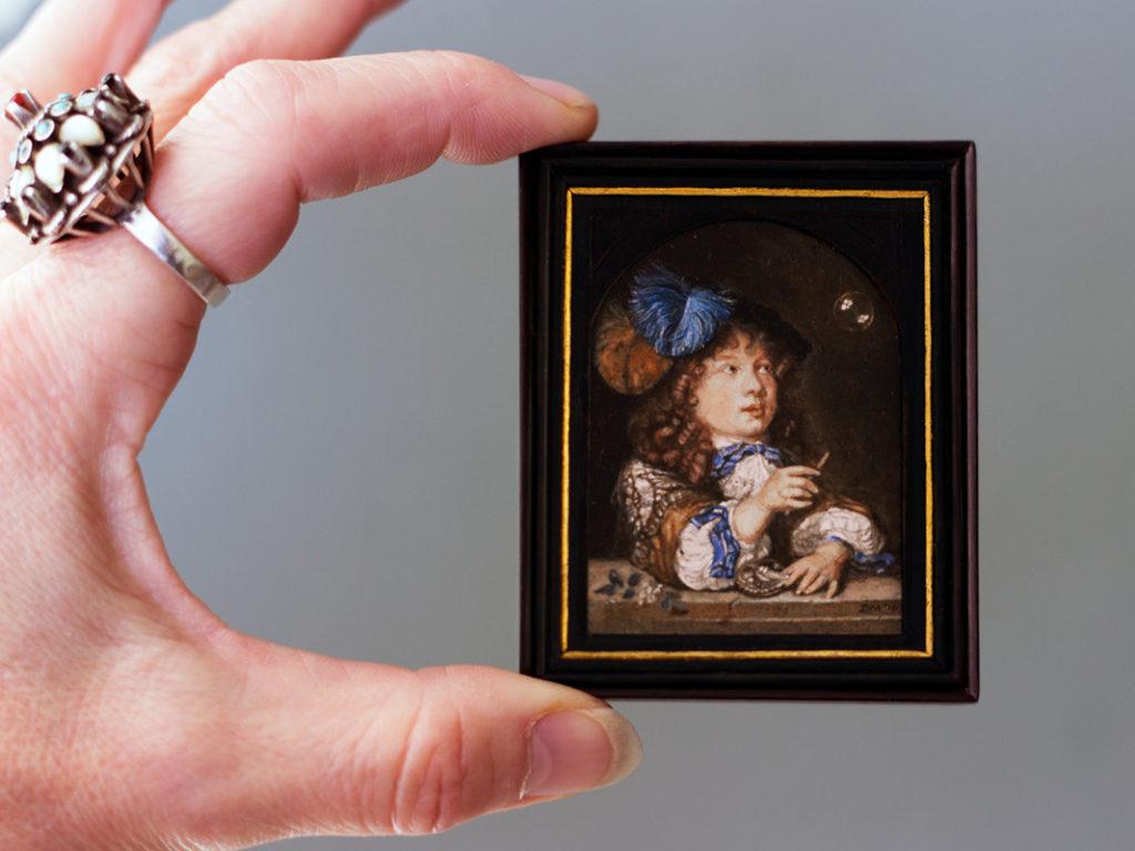 Miniatuurschilderij van een Bellenblazende jongen. Origineel: Caspar Netscher.