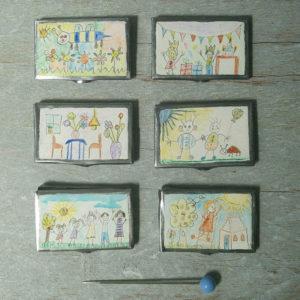 Miniatuur kleurpotloden in doos met tekening op de deksel