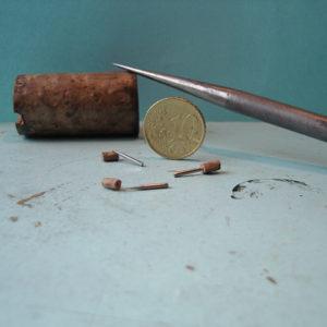 miniatuur etspen, gemaakt van staal met een kurkje. Gemaakt door Diane Meyboom