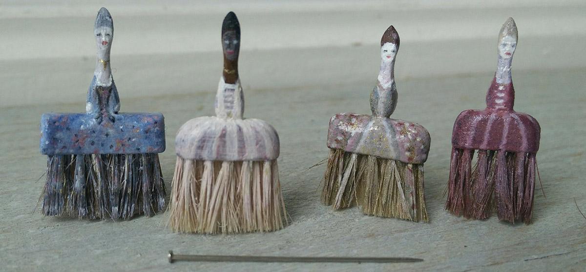 Bijzondere miniaturen: 'de dames' mooi beschilderde kwasten - Divider