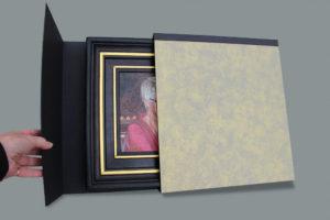 Alles wordt door Diane handgemaakt, ook de luxe verpakking. Een mooie plek om het schilderij veilig in te bewaren.